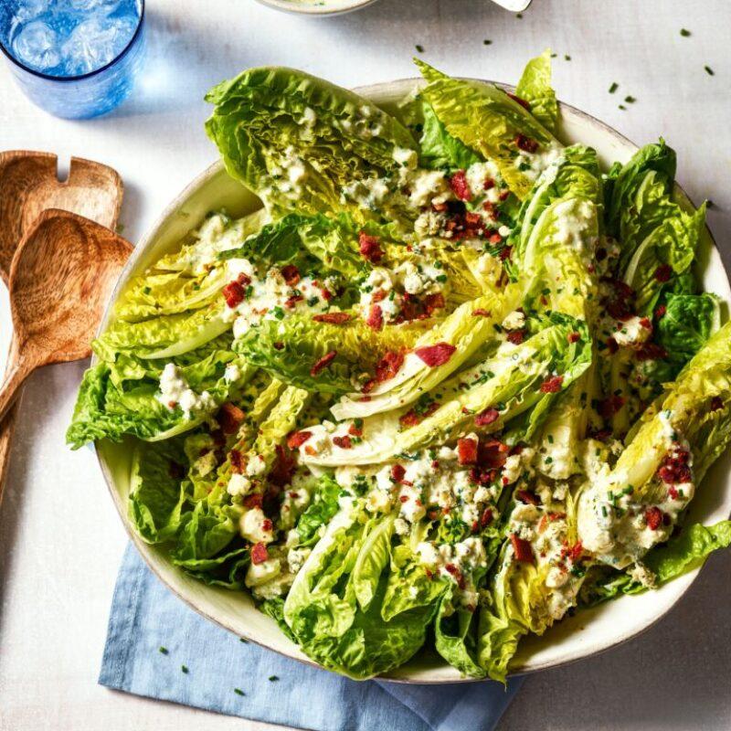 O salată de salată verde cu un dressing stropit deasupra