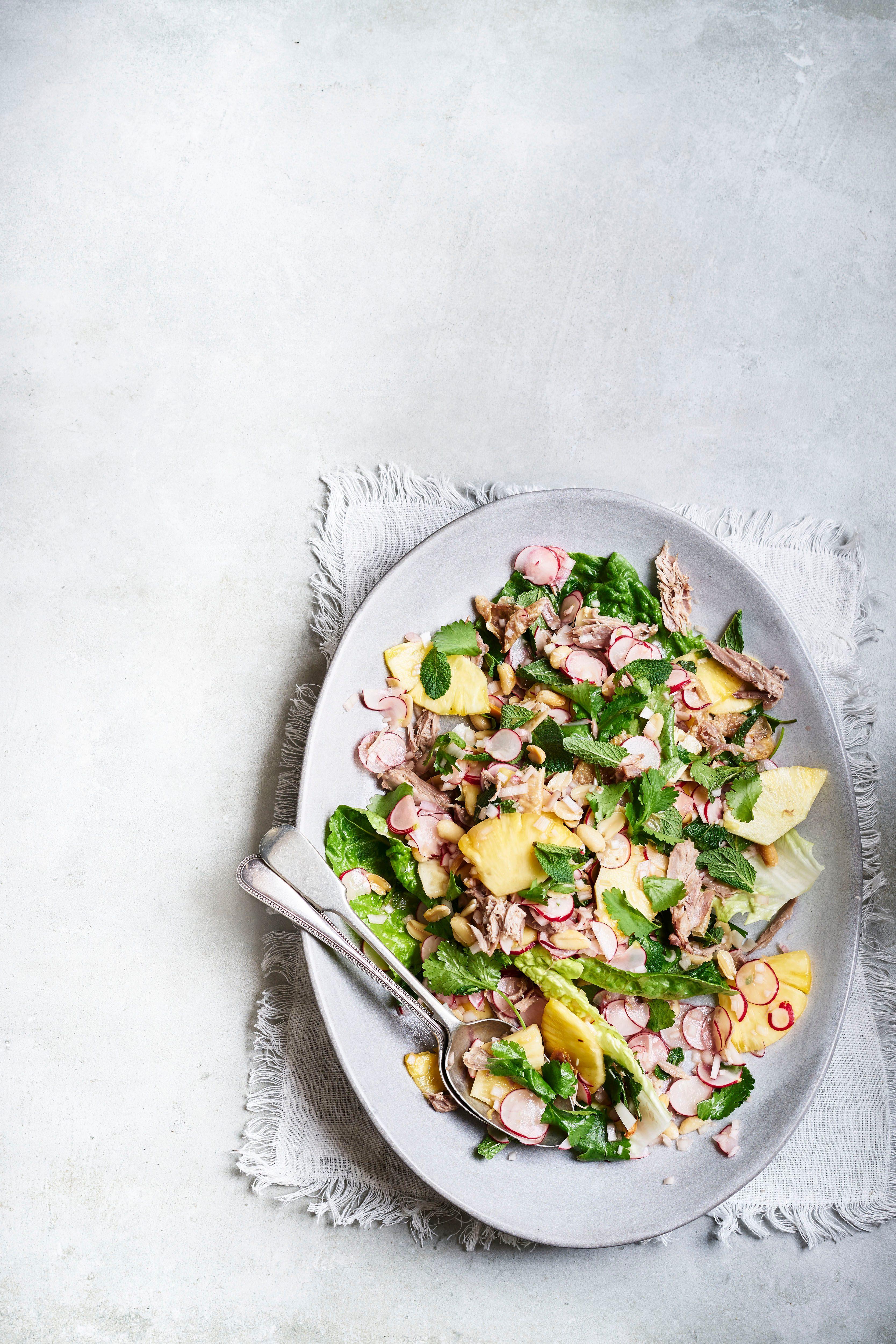 Salată crocantă de rață mărunțită cu ananas