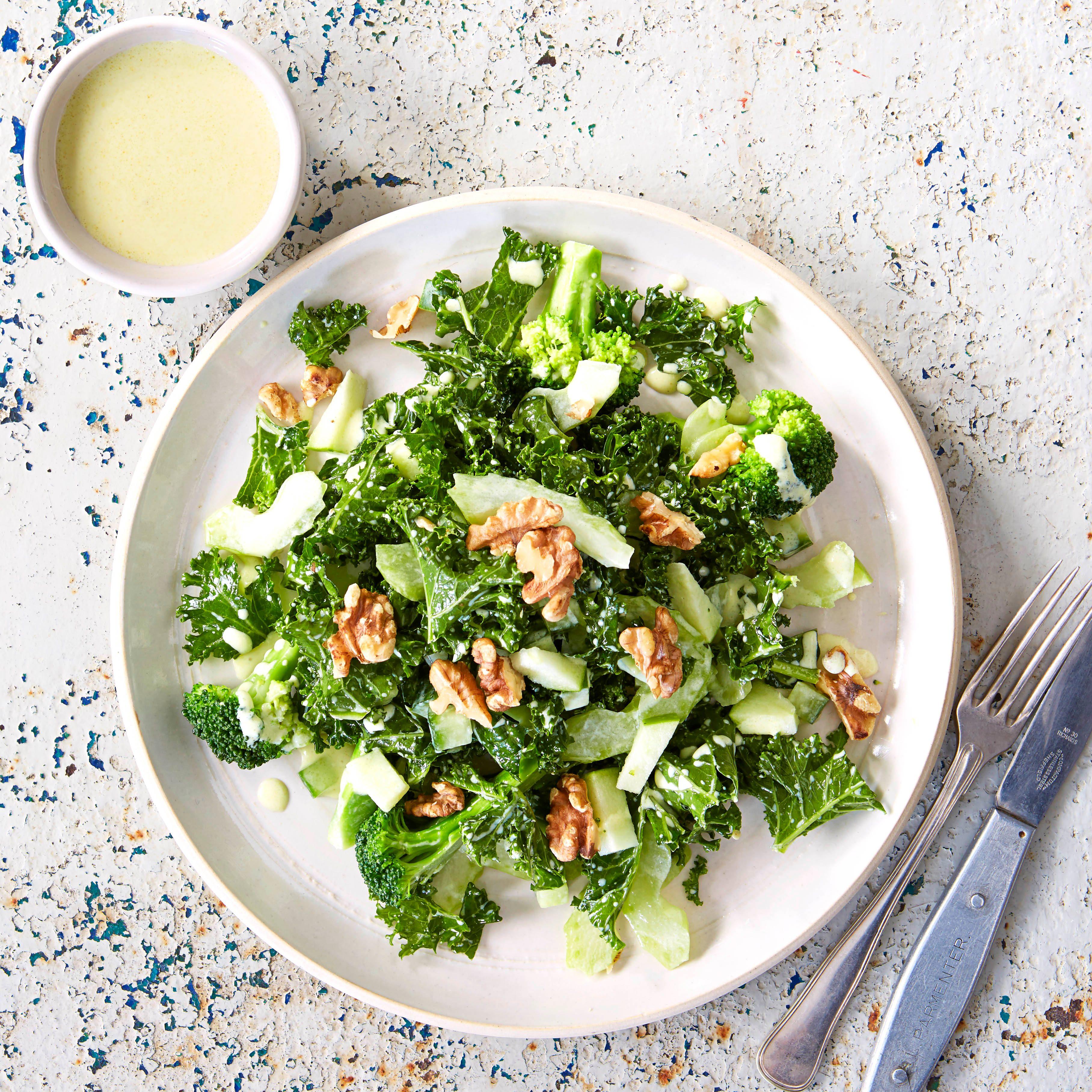 Salată de smarald și broccoli cu sos de chefir