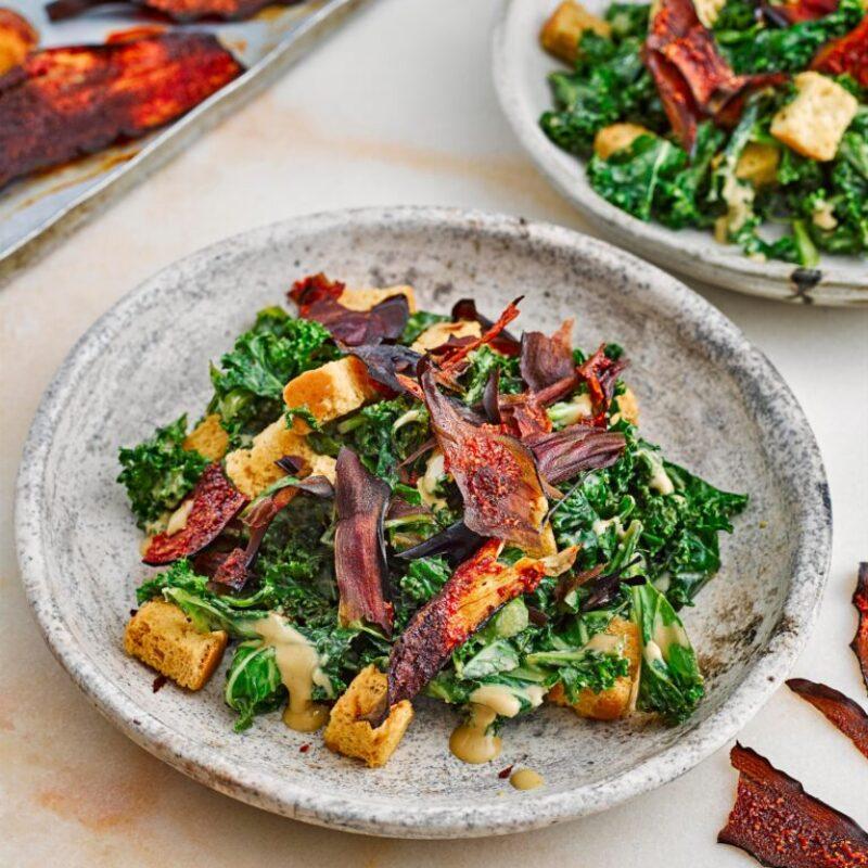 Rețetă de salată Vegan Kale Caesar cu bacon de vinete