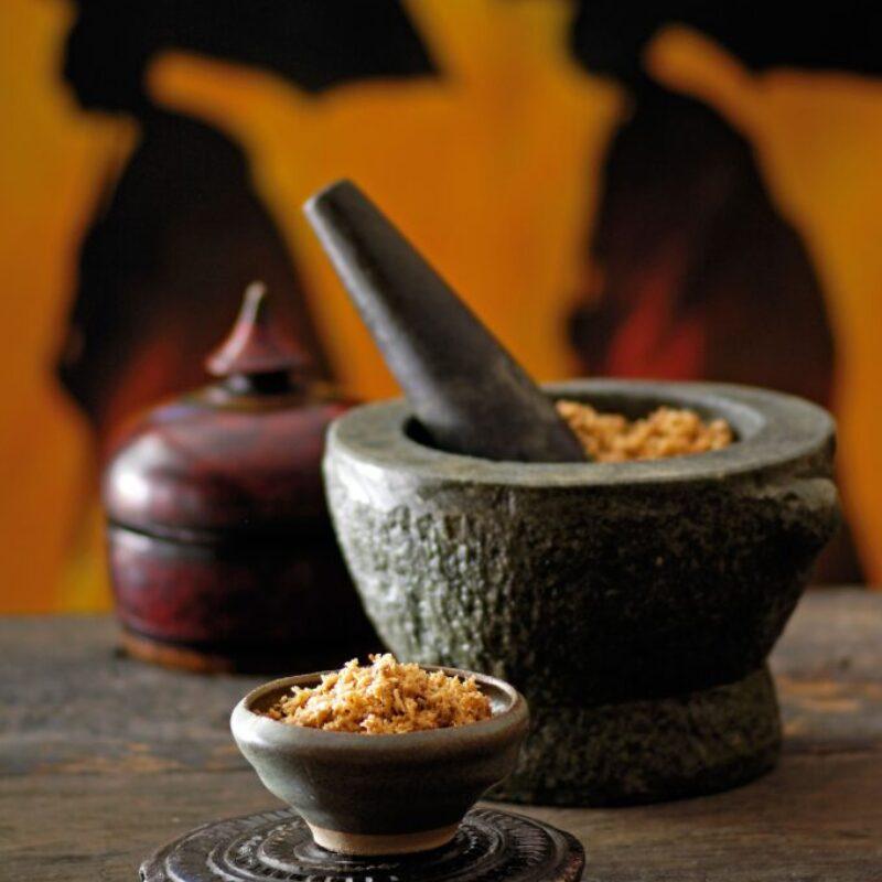 Sambal de nucă de cocos într-un pistil și mortar