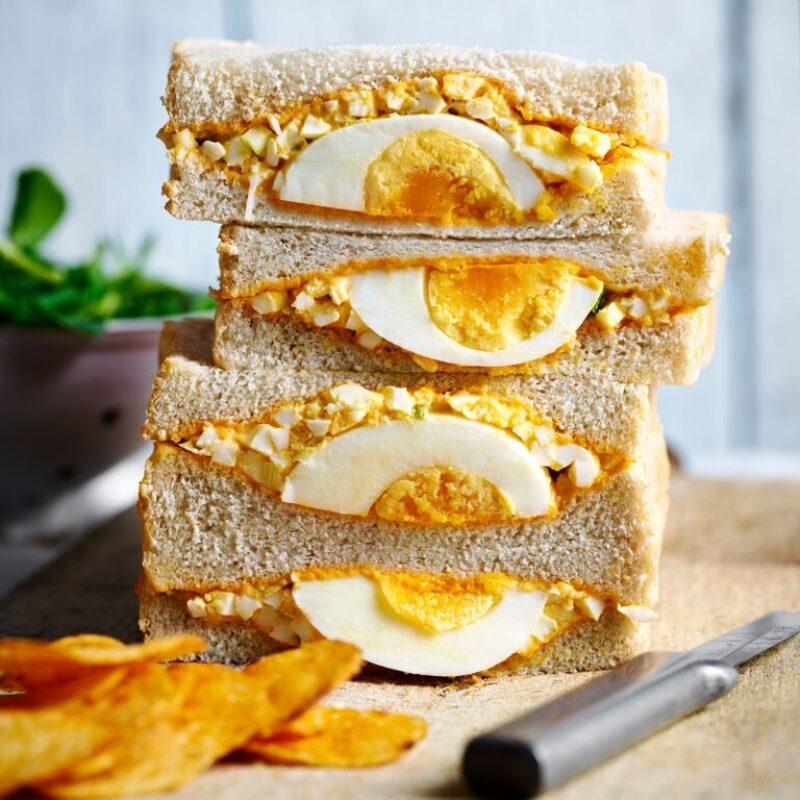 Un sandviș cu ouă de pâine albă cu pastă de Gojuchang