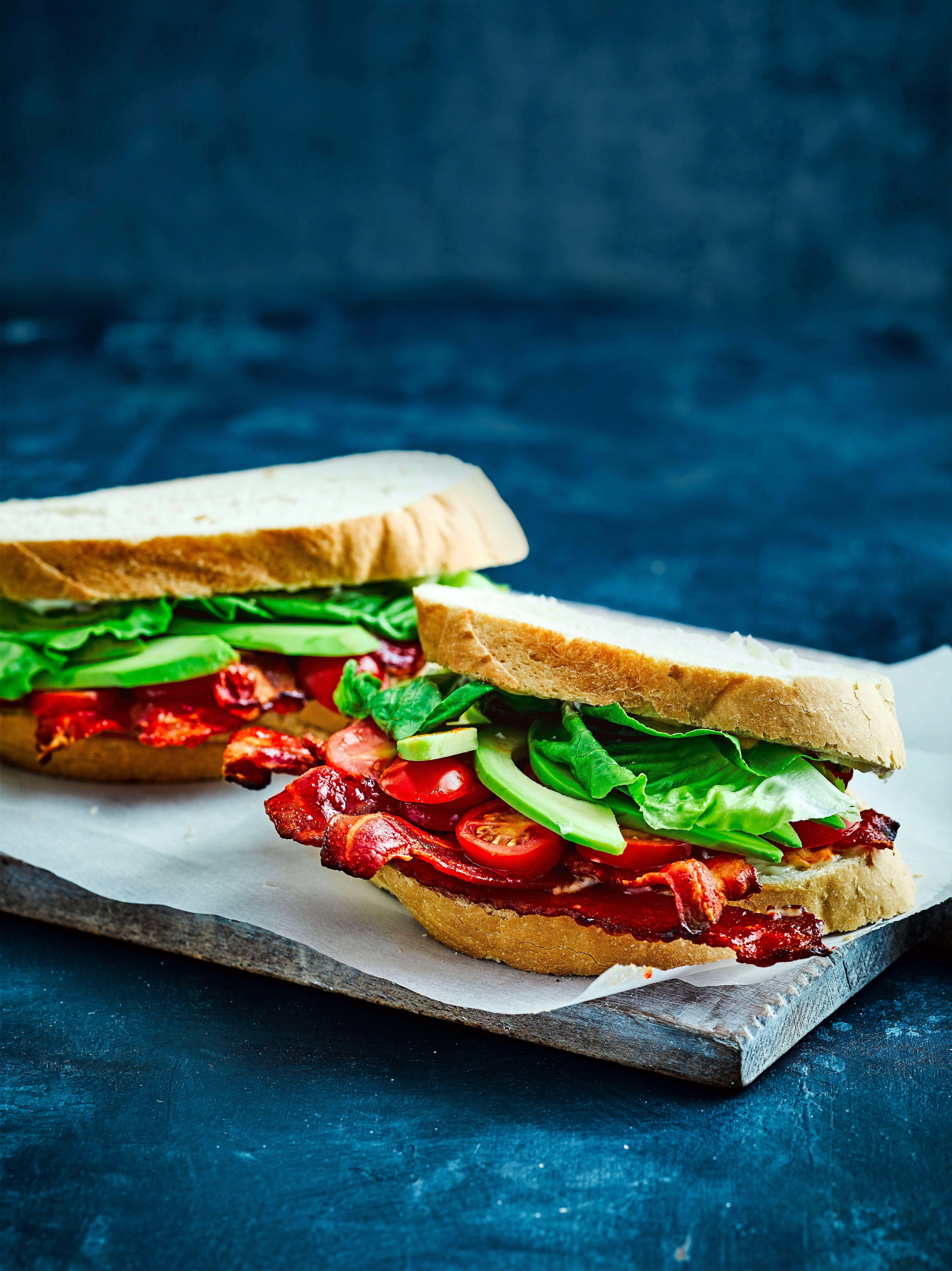Rețetă sandwich cu slănină, salată și roșii
