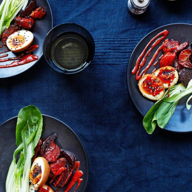 Sfeclă picantă și Pak Choi cu ouă de Ramen și rețetă Sriracha