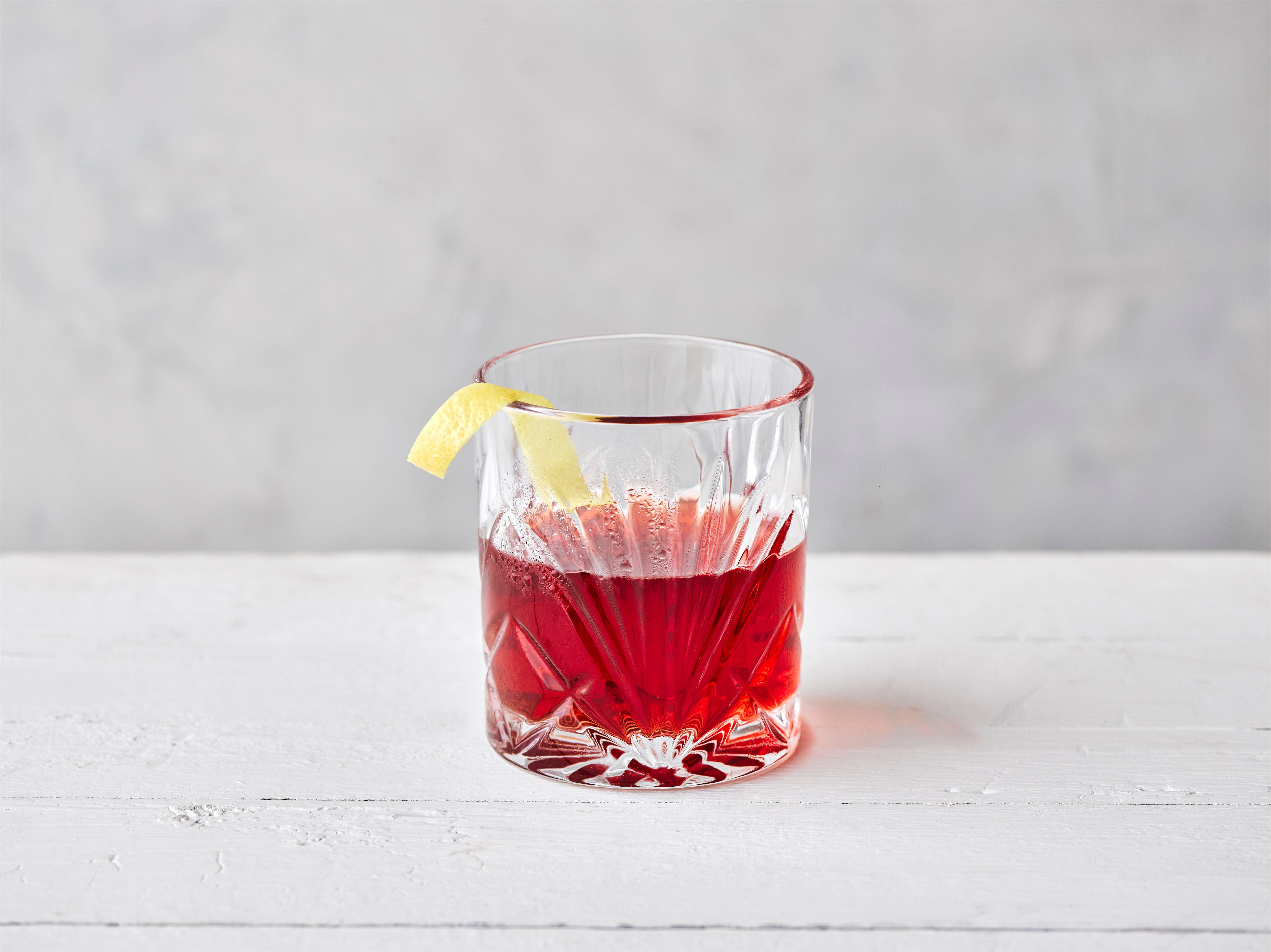 Sloe Sazerac într-un pahar