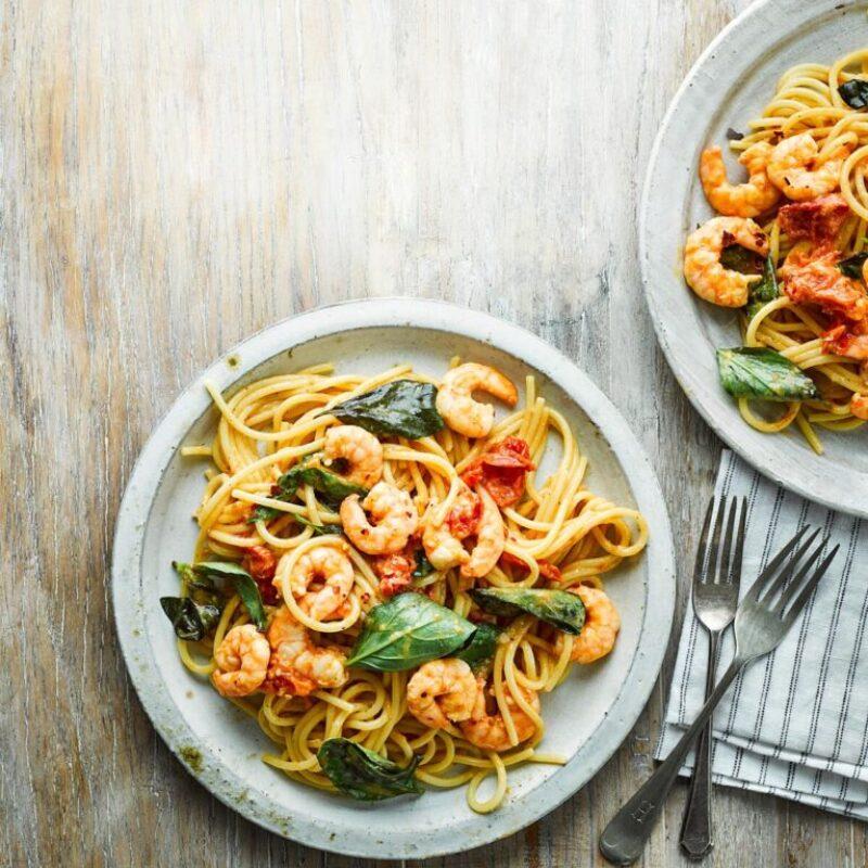 Spaghete de creveți cu roșii, ardei iute și busuioc