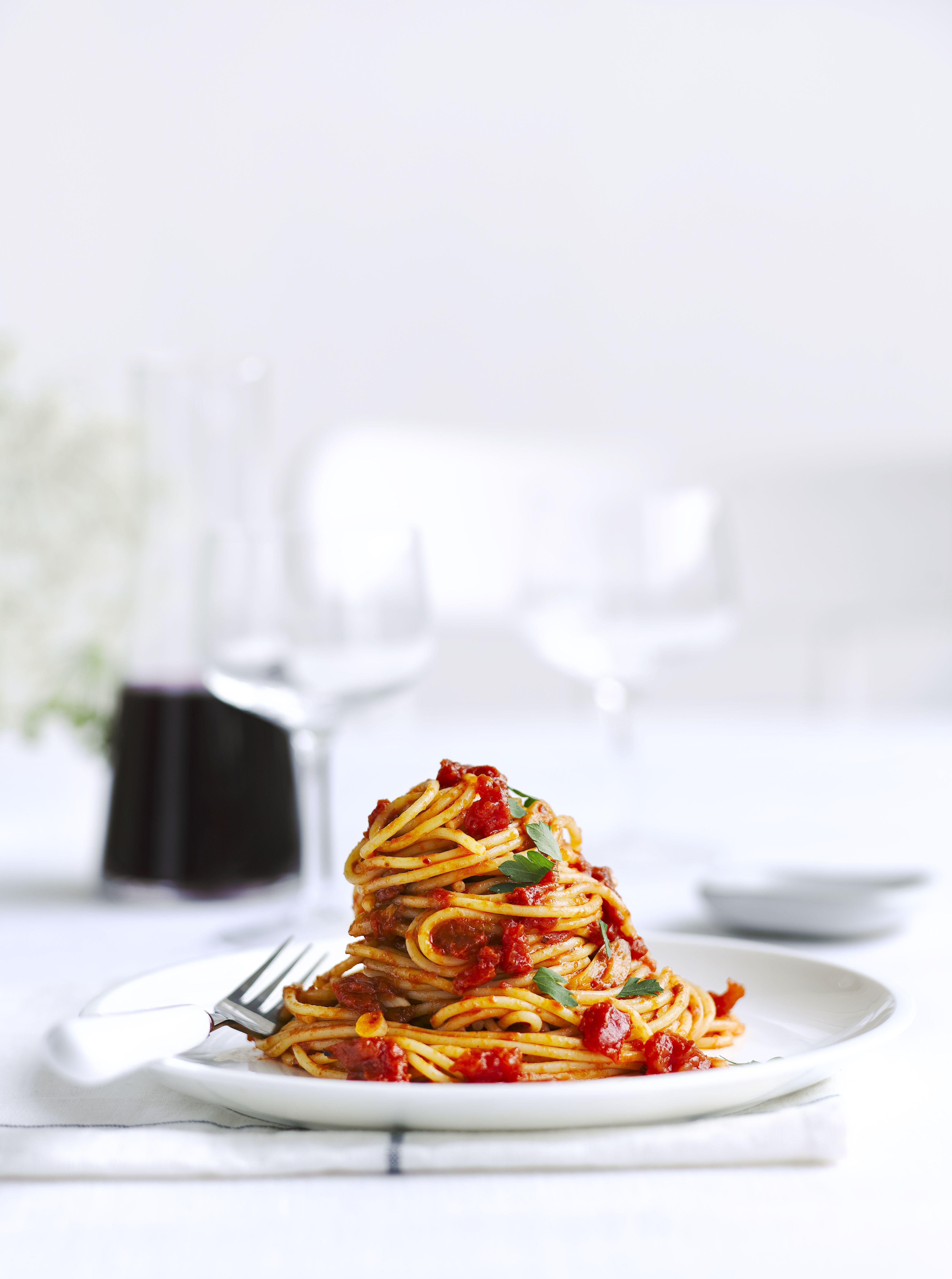 O farfurie albă cu spaghete de roșii