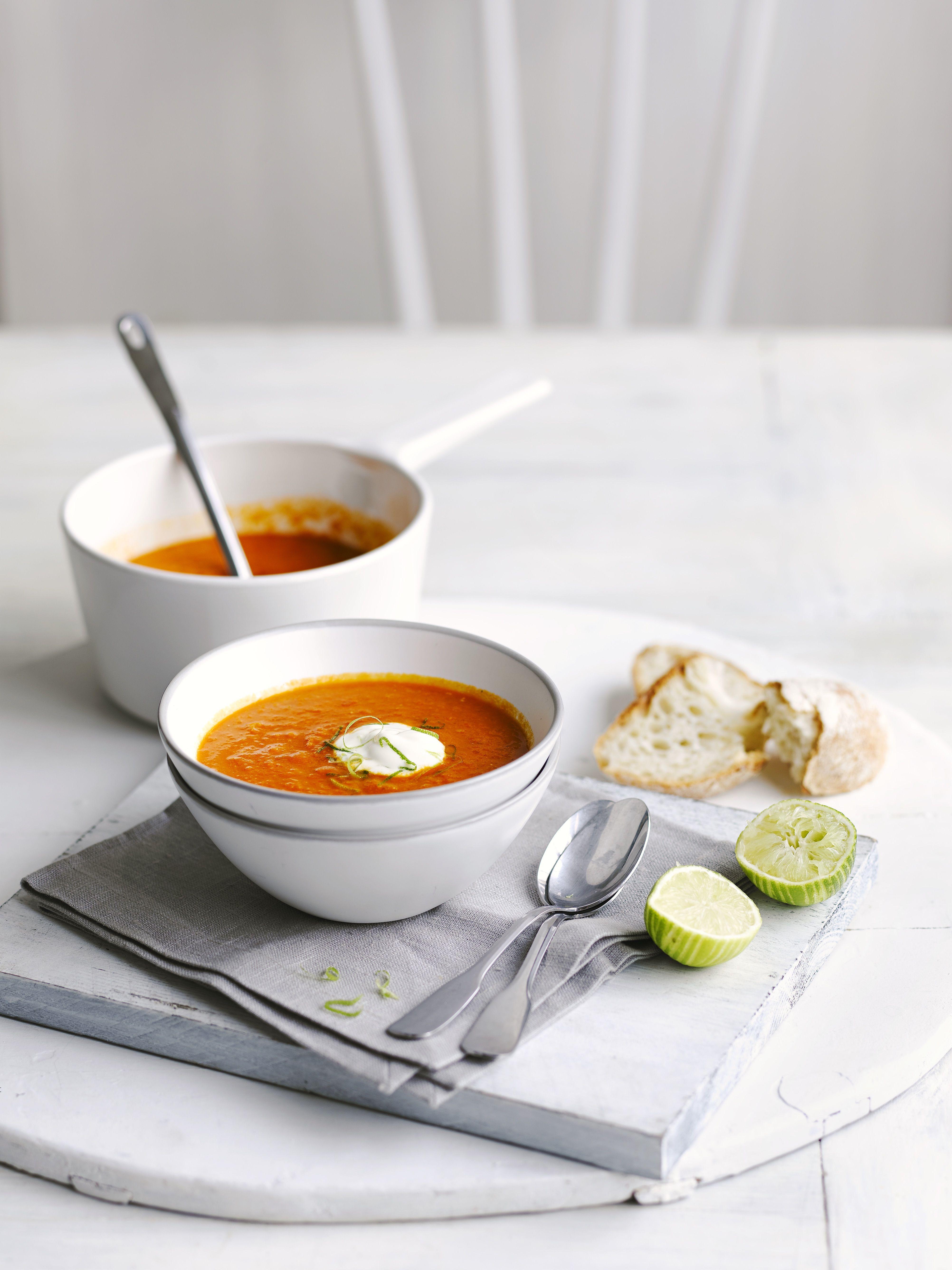 Două boluri de supă de linte roșie cu var pe lateral