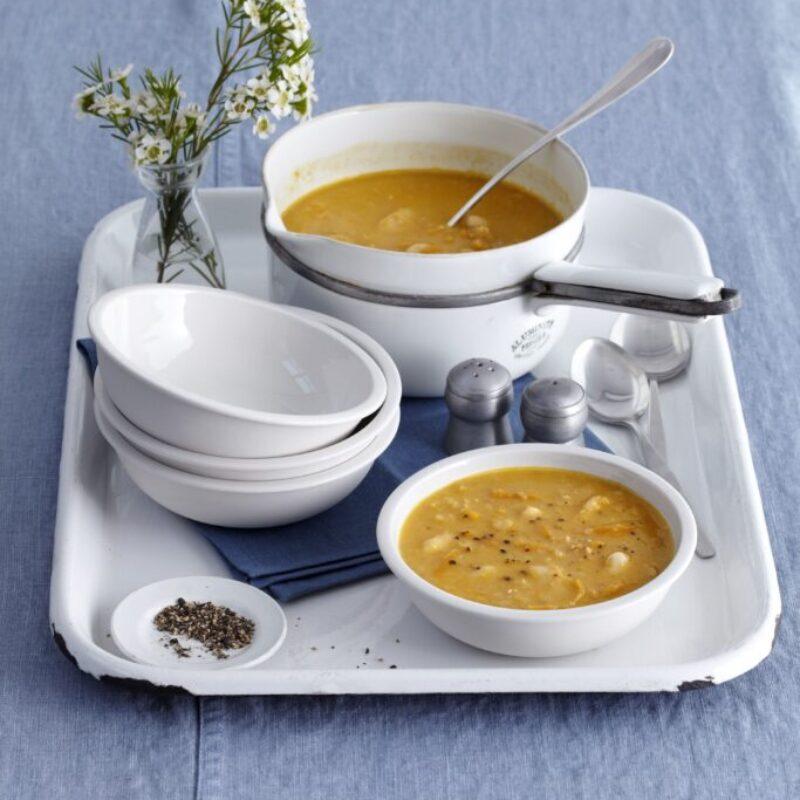 Boluri de supă de fasole cu unt, gata pentru servire
