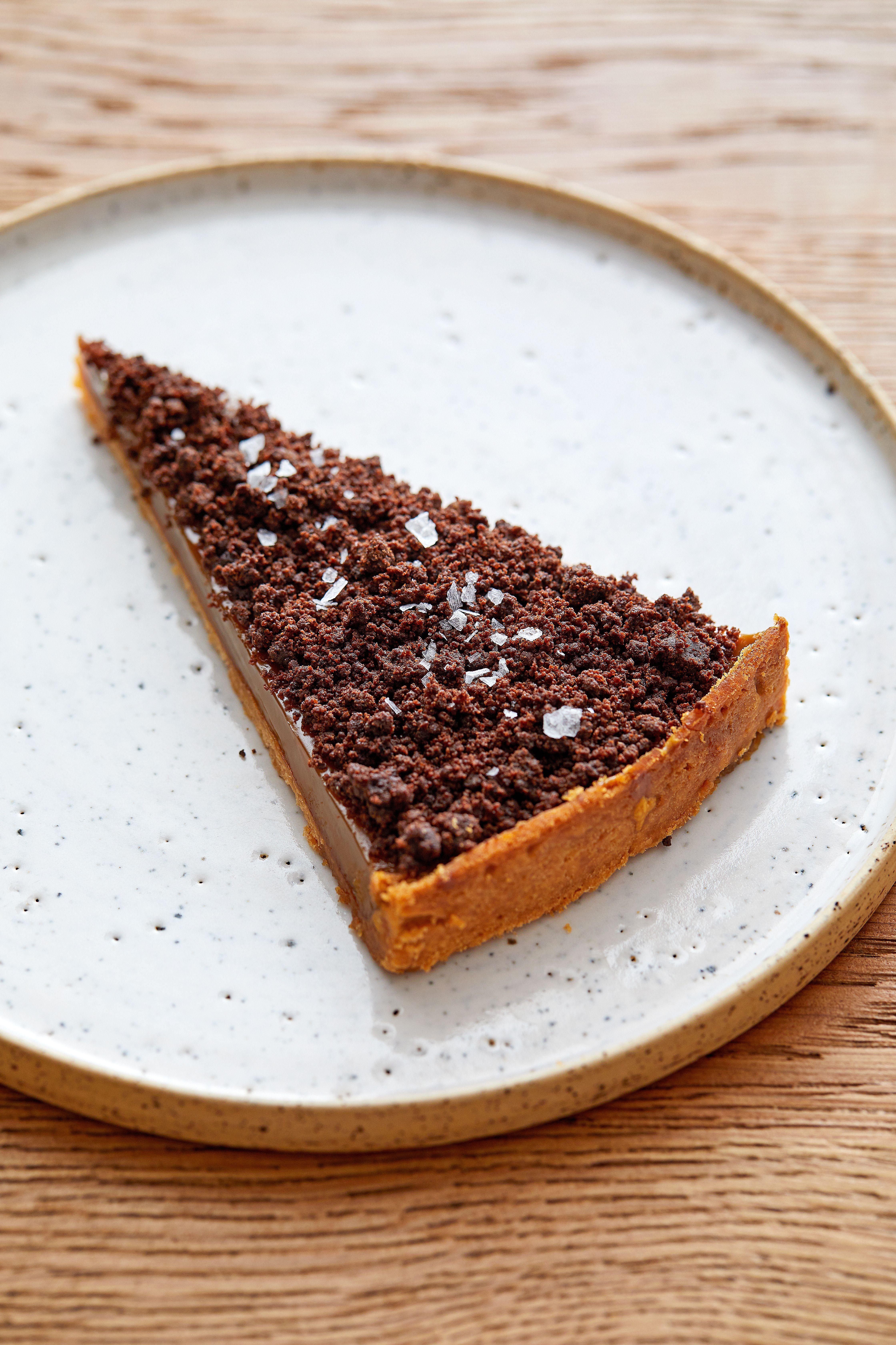O felie de cremă de cafea și tartă de ciocolată