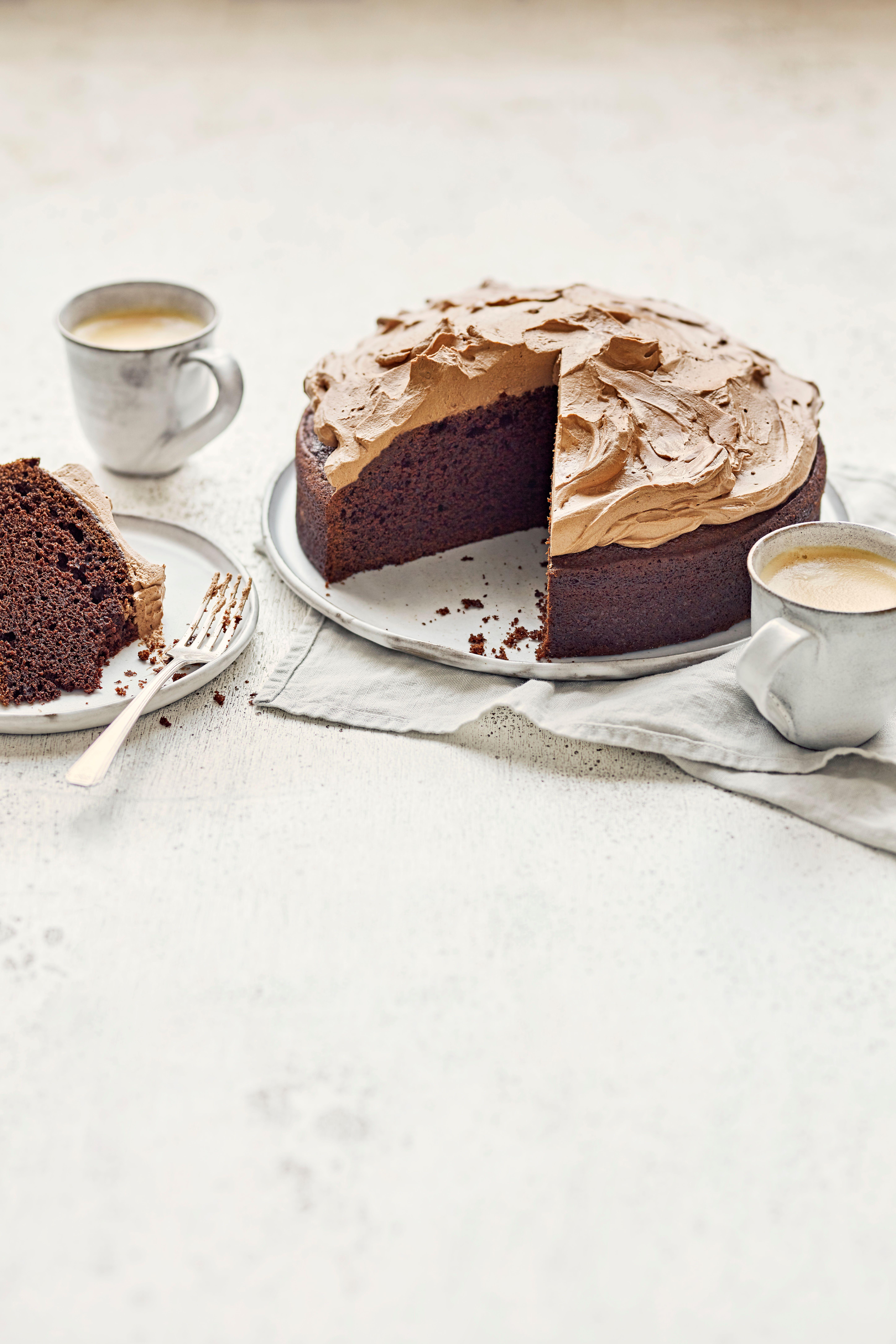 O prăjitură de ciocolată mată cu ceai pe lateral