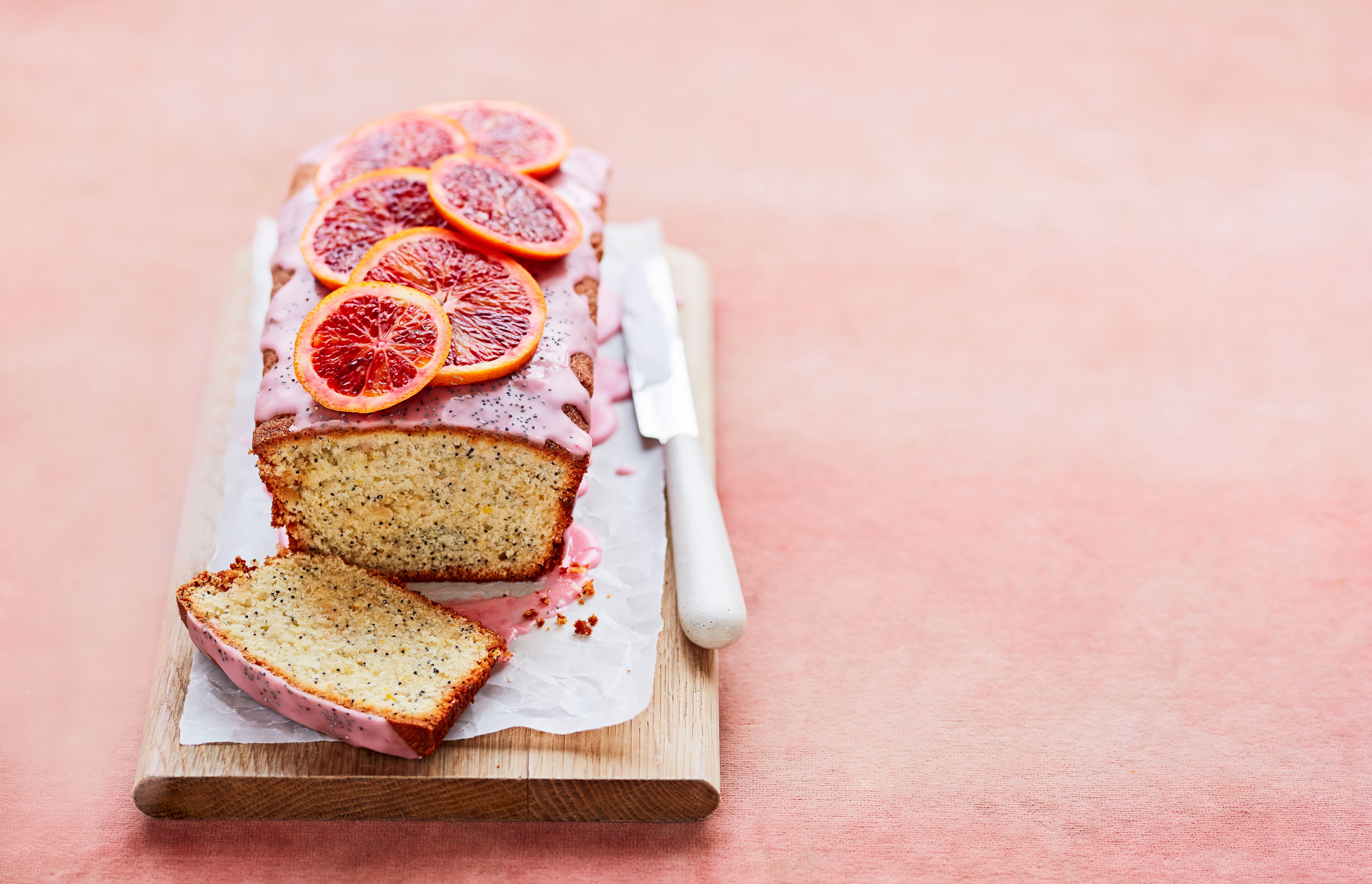 Un tort de pâine cu felii de portocale de sânge deasupra
