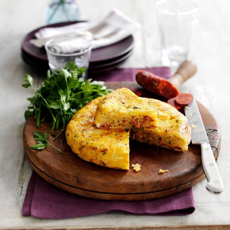 Tortilla de cartofi spaniolă ușoară cu chorizo și pătrunjel