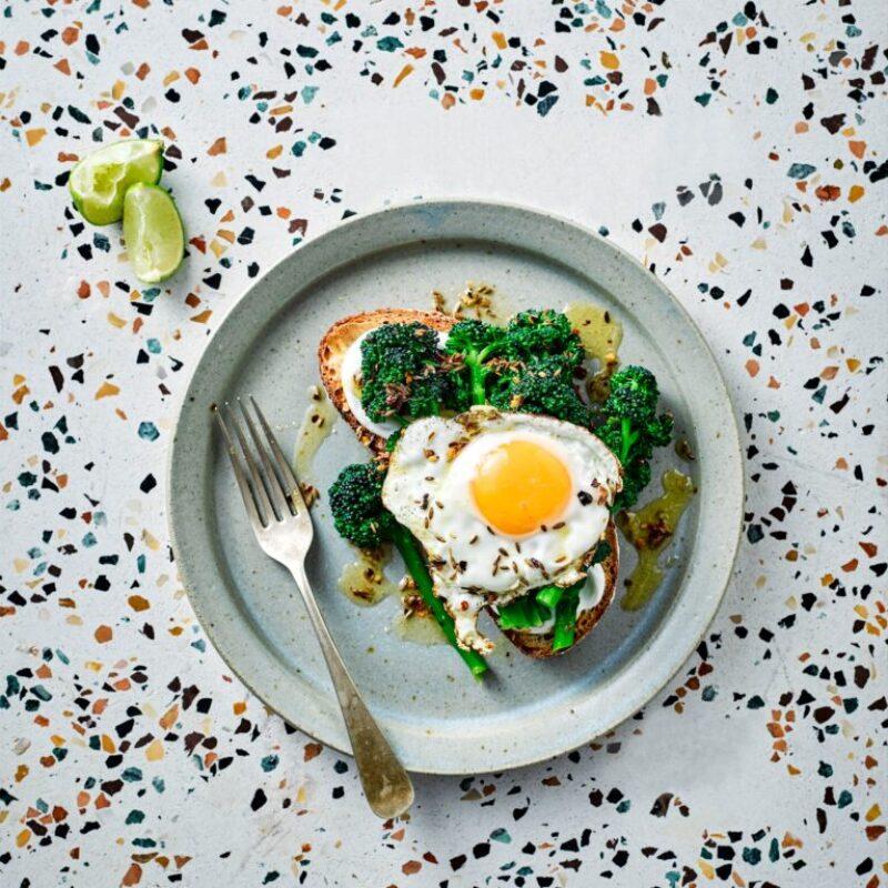 Rețetă de broccoli care încolțește violet cu ouă prăjite